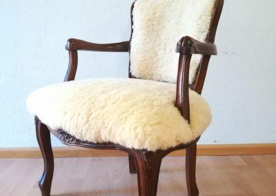 Stuhl mit Fell neu bezogen